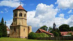 https://flic.kr/p/JoPAdN | Klosterturm Göllingen | Das Kloster Göllingen war ein Kloster in Göllingen im Norden von Thüringen, gelegen an der Wipper zwischen Sondershausen im Westen und Bad Frankenhausen im Osten. Es bestand zwischen 992 und 1606 und gehörte den Benediktinern. Die romanische Klosterruine ist seit 1995 im Besitz der Stiftung Thüringer Schlösser und Gärten.  Erhalten sind der Westturm, die Krypta, Teile der Hauptapsis sowie Teile der Chorsüdwand der Klosterkirche. Sie wurden…