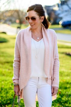 White jeans aren't just for spring and summer! I'm sharing 3 ways to wear white jeans this winter in this post with pictures and product links. Pink Sweater Outfit, White Pants Outfit, Winter Sweater Outfits, Winter Clothes, Winter Trends, Sweaters Outfits, White Jeans Winter, Sunday Outfits, Outfits Mujer