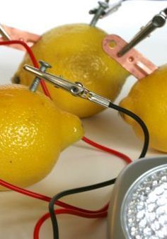 Idea for Michaels Science Fair Project. This how to make a lemon battery tutorial is perfect for a quick science fair project {or for a super fun home science experiment}. Science Experience, At Home Science Experiments, Science Projects For Kids, Preschool Science, Science Classroom, Science Lessons, Teaching Science, Science For Kids, Science Activities