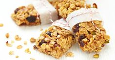 Granola Bars recipe: Yummy granola bars that you will bake a again and again. Simple, fast, filling, healthy, and they taste way better than any granola bar your going to buy at the store! Granola Barre, Healthy Snacks, Healthy Recipes, Bar Recipes, Fruit Snacks, Snack Recipes, Homemade Granola Bars, Homemade Cereal, Homemade Recipe