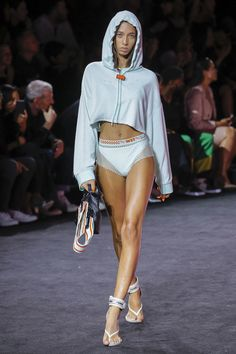 Rihanna continued to deliver cool girl style with the Fenty x Puma spring-summer 2018 collection shown during New York Fashion Week. Vogue Paris, New York Fashion, Runway Fashion, Cool Girl Style, New York Street Style, Rihanna Fenty, Vogue Russia, Fenty Puma, Fashion Show Collection