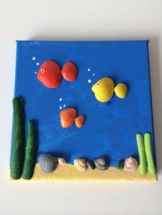DIY Fish in the ocean canvas art, made from painted shells, glued  on canvas.⭐⭐⭐DIY Vissen van gevonden en feschilderde schelpen op canvas.