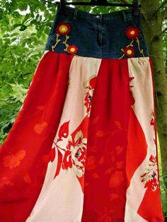 """OSMIDÍLNÁ MAXI SUKNĚ V ČERVENÉM VINTAGE RED MAXI SUKNĚ HIPPIES & RETRO STYLE Nová stylová vzdušná z osmi dílů šitá retro maxi-sukně """"po zem"""". Je ušita z džínového základu zn: TONNOTTO jeans a dvou druhů k sobě ladících květinových vzorů viskózy v odstínech červené, která je pohodlná, vzdušná a velmi příjemná na omak i nošení. Světlejší látka je zdobena ..."""