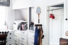 Sänky+vaatelaatikot, koulupöytä+lamppu, farkkunaulakko sekä voimatanko  Krista Keltanen Blog » photography