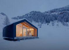 Una casa innovativa e totalmente sostenibile, con un design senza tempo: ampie aperture inquadrano il paesaggio per respirare appieno la natura circostante.