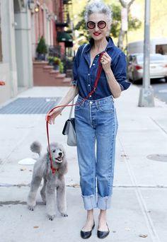 Se você acha que estilo tem a ver com idade, pense duas vezes. Aos 67 anos, Linda Rodin é exemplo de looks descolados e práticos. Em um passeio com seu poodle, ela veste calça jeans com a barra dobrada, sapatilha preta e camisa de botão.
