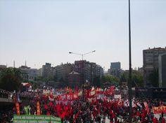 Più di 150.000 persone hanno manifestato oggi ad Ankara per chiedere uguaglianza rispetto ai diritti della minoranza alevita presente in Turchia. La voce della maggioranza dei manifestanti si è levata anche contro la decisione del Parlamento turco di autorizzare operazioni militari in Siria.
