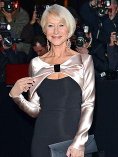 Helen Mirren hat ihr schwarzes Cocktailkleid mit e...