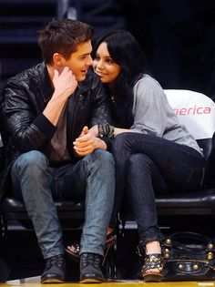 Vanessa Hudgens & Zac Efron I ship them so hard High School Musical Quotes, High School Musical Cast, Cute Celebrity Couples, Cute Couples Goals, Power Couples, Troy Bolton, Hollywood Couples, Hollywood Actor, Zac Efron Vanessa Hudgens