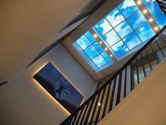 Où comment éclairer en beauté une cage d'escalier aveugle avec une (fausse) fenêtre ouverte sur le ciel. #Lumick #PlafondLumineux