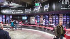 Auch in der Fleisch- und Wurstabteilung arbeitet Real mit abgerundeten Theken. Die dominierenden Farben im Markt, Schwarz und Anthrazit, lassen die Ware wirken. Sowohl an der Bedientheke...