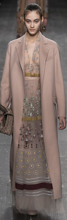 Valentino Fall 2016 Ready-to-Wear Collection Photos - Vogue. Haute Couture Style, Couture Mode, Couture Fashion, Runway Fashion, Womens Fashion, I Love Fashion, High Fashion, Fashion Show, Autumn Fashion