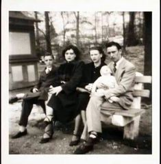 Rare Elvis Presley at Graceland Lisa Marie Presley, Elvis And Priscilla, Priscilla Presley, Elvis Presley Family, Elvis Presley Photos, Rare Elvis Photos, Rare Photos, Mississippi, Rock And Roll