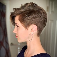 For those who have resolved to go for a brief hairstyle, the short pixie haircut look will surely enhance your cool appeal. A short pixie hairstyle is a good approach to cop just a little attitude and appear great! Pixie Haircut For Thick Hair, Haircuts For Fine Hair, Hairstyles Haircuts, Girl Haircuts, Short Haircut Styles, Short Pixie Haircuts, Brünetter Pixie, Pixie Cuts, Short Hair Cuts For Women