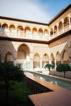 Visiting the extremely popular Alcázar of Seville and Granada's Alhambra can be complicated. Here's how to make the most of your visits. Spain Travel, France Travel, Alcazar Seville, Seville Spain, Andalusia Spain, Destinations, Patio Interior, Islamic Architecture, Spots