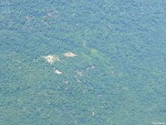 Vista aérea da área ocupada por garimpeiros em meio à floresta, na TIY