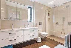 Badet med to vasker og legg merke til den flotte dusjnisjen med to dusjer.  Revidert utgave av kataloghuset Ura fra Norgeshus. Vanity, Bathroom, Bath, Dressing Tables, Washroom, Powder Room, Vanity Set, Full Bath, Single Vanities