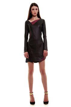 Vestido Assimétrico de Couro preto Patricia Nerbass com detalhes na cor marsala.