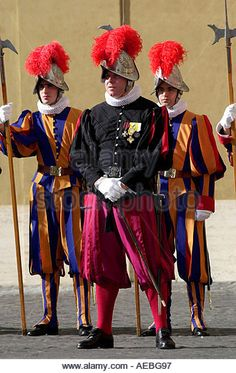 Swiss Guards at the Vatican - Photo by Tim Graham Military Guard, Color Guard Uniforms, Santa Sede, Swiss Guard, Vatican Rome, Religion, Landsknecht, Sistine Chapel, Sorrento Italy