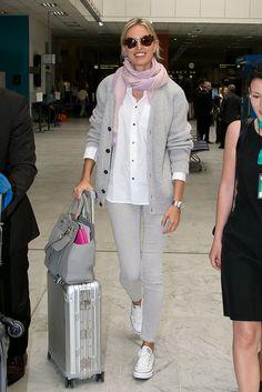 Copia el look de Karolina Kurkova para viajar.