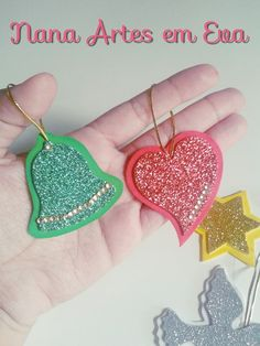 Enfeites de Árvore de Natal Outdoor Christmas Tree Decorations, Christmas Card Crafts, Christmas Ornaments To Make, Christmas Love, New Year's Crafts, Creative Crafts, Navidad Diy, 242, Diy Bow