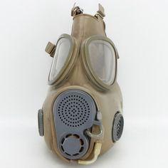 Vojenská plynová maska vzor M10. Filtry umístěny v lícnicích masky nelze otestovat, patrné známky používání, nepoškozené…