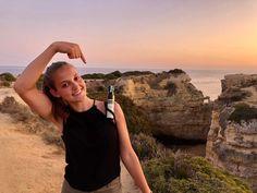 Der Ponta Grande, auch bekannt als Praia do Buraco, ist ein dünner Sandstreifen entland der Klippen in Südportugal. Wunderschöne Aussichten auf das offene Meer hat @julia_niederl genossen und natürlich unser Steirisches Kürbiskernöl mit im Gepäck gehabt! 😋 Portugal, Around The Worlds, Tours, Nature, Instagram, Nice Asses, Naturaleza, Nature Illustration, Off Grid