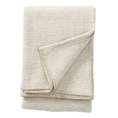 The elegant Domino wool throw from Klippans Yllefabrik is made of lamb wool and make you stay warm on cold days. The throw has a stylish design that is nice to combine with other blankets and cushions from Klippans Yllefabrik! Comes in natural and classic colors.