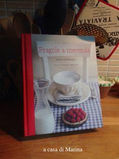 """""""Fragole a merenda"""" a casa di Marina. Che come me ama l'opera verdiana, a giudicare dalle presine...   #quifragoleamerenda"""