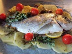 Orata al forno con patate, ciliegini, olive nere ed erbette