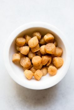 Here is a guide on dried scallops, a very common ingredient in Southern Chinese cuisine. This guide includes tips on how to select, store, and use them. Dry Scallops Recipe, Fried Scallops, Asian Recipes, Healthy Recipes, Luxury Food, Scallop Recipes, Cooking 101, Korean Food, Chinese Food