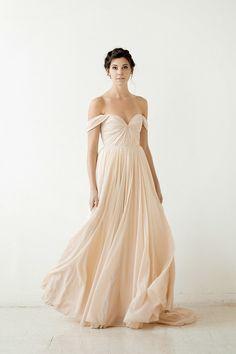 Robe de mariée glamour, couleur pêche pastel - Robe: Sarah Seven Fall 2015 Bridal Collection #weddingdress #bridaldress #glamour