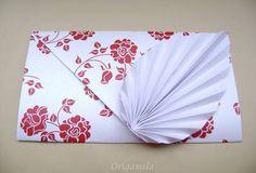Envelopes feitos artesanalmente, dobrados através da técnica do Origami. Estes lindos envelopes utilizam papeis com gramatura 180 e possuem um lindo brilho perolado. As flores estampadas trazem sofisticação e originalidade.   Onde usar:  Use os envelopes para seus convites de casamento, formatura, aniversários, bodas, etc.  Medidas:  Comprimento: 21 cm Altura: 11,5 cm   Material e Cores:  Os envelopes são dobrados com papel especial que possui um lindo brilho perolado.  O papel possui 180g…