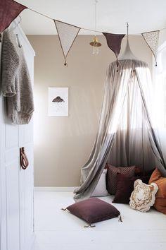 Le ciel de lit circulaire est le modèle qui convient le mieux aux lits pour une personne. Il vous suffit de vous servir d'un cerceau ou un cercle à broder pour mettre les rideaux en place.