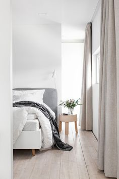 If you're looking to cozy up your home, look no further. Read on for 15 inspiring Scandinavian design tips to turn your home into the coziest abode. Scandinavian Bedroom, Scandinavian Interior Design, Gray Interior, Scandinavian Style, Scandi Chic, Scandi Style, Interior Design Minimalist, Minimalist Bedroom, Design Apartment