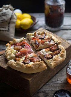 Rústica: Crostata de higos con queso de cabra y tocino a la miel/ Crostata with figs and goat cheese with bacon and honey.