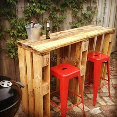 Old Pallets Ideas Pallet Bar - I got asked to make a friend a bar out of recycled pallets for next to his BBQ setup. This is the result, hope you like…… - I got asked to make a friend a bar out of recycled pallets for next to his BBQ setup. Pallet Crafts, Diy Pallet Projects, Pallet Ideas, Wood Projects, Woodworking Projects, Outdoor Projects, Pallet Designs, Crate Ideas, Teds Woodworking