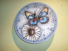 Para marcar as horas felizes em sua casa.  Relógio de parede em mdf, redondo 30x30 cm . Com decoupage . Envernizado. * Não acompanha pilha  Ideal para decorar qualquer ambiente de sua casa! Linda opção de presente neste Natal!