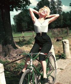 Bicicletas & Mulheres - Celebrity Bike Style With Marliyn Monroe Marilyn Monroe, Bicycle Girl, Bicycle Women, Bicycle Race, Bike Rides, Retro Stil, Cycle Chic, Italian Actress, Bike Style