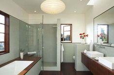 Lelijke badkamer, maar toffe indeling (bad voor inloop douche + toilet achter muurtje)
