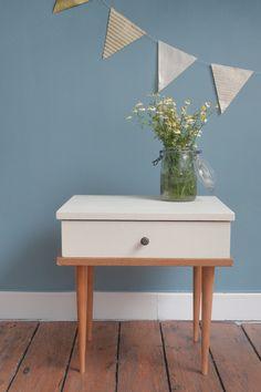 Petite table de chevet repeinte en blanc www.isidore-shop.com