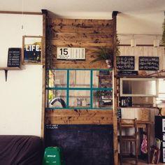 rinsさんの、完成しました,壁増設,ゴミ箱,黒板DIY,フレーム,MEN's natural*,手作り,ブライワックス ジャコビアン,エアコン対策,DIY,パントン,しゃれとんしゃあ会,PANTONE COLORS,SPF材,76組,カインズ,セリア,ディアウォール,ディアウォールの壁,窓枠風,部屋全体,のお部屋写真
