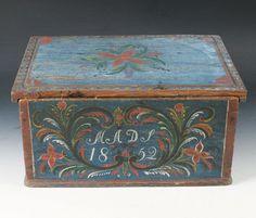 Rosemalt skrin med eierinitialer og dat. 1852. L: 42 cm. Skade. Prisantydning: ( 1200 - 1500) Solgt for: 1100