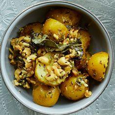 Maapähkinät ja perunat pyöritellään jeerassa.