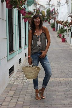 Top lencero/top: The Amity Company (AQUÍ). Collar/necklace: Formentera. Jeans: Bershka (sales). Alpargatas/espadrilles: ? Cesta/basket: Ibiza. Gafas de sol/sunglasses: Gurrich (Stella Rittwagen).