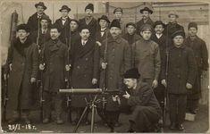 """Civil War - Portun kuularuiskukomppania, Helsinki. Kuvan takana teksti: """"Ohra med maskingeväret""""."""
