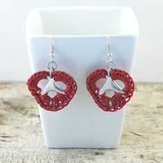 red heart earrings pair crochet pop tabs by tabsolute on Etsy Pop Top Crafts, Can Tab Crafts, Craft Patterns, Crochet Patterns, Pop Tabs, Diy Projects To Try, Heart Earrings, Wire Jewelry, Jewellery