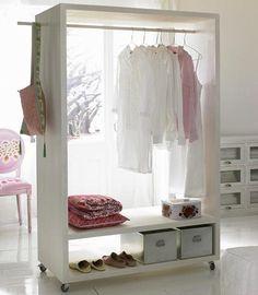 In kleinen Wohnungen bietet sich ein Kleiderwagen, kombiniert mit einer Kommode, als Kleiderschrank-Lösung an. www.car-moebel.de