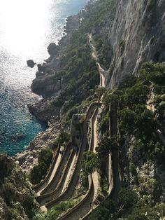 Impossible de quitter la côte amalfitaine sans faire escale sur l'île de Capri! Au programme, un déjeuner au soleil : pâtes maison, antipasti & bronzette.