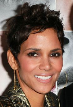 20 best Halle Berry Pixie cuts - New Medium Hairstyles Halle Berry Pixie, Pelo Halle Berry, Face Shape Hairstyles, Hairstyles For Round Faces, Short Hairstyles For Women, Celebrity Hairstyles, Short Curly Hair, Short Hair Cuts, Short Hair Styles